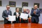 Podpisanie aktu notarialnego - Dom Ronalda McDonalda 05.jpg