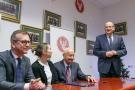 Podpisanie aktu notarialnego - Dom Ronalda McDonalda 08.jpg